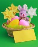 Påskkaninen - kortet, ägg i korg - lagerföra fotoet Royaltyfri Fotografi