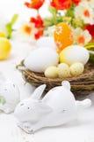 Påskkaniner och korg med ägg, närbild Royaltyfri Fotografi