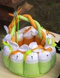 Påskkorg av tyg med handgjord kanin royaltyfria bilder