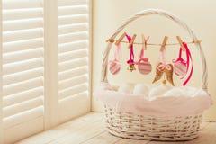 Påskkorg med ägg och påskdekoren fotografering för bildbyråer