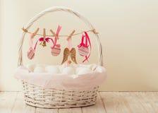 Påskkorg med ägg och påskdekoren arkivbilder