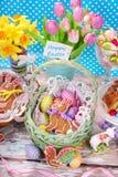 Påskkorg med ägg och pepparkakakaninen Royaltyfri Fotografi