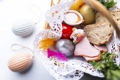 Påskkorg med färgrika påskägg Tradition av påsken arkivbild