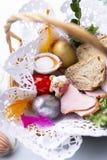 Påskkorg med färgrika påskägg Tradition av påsken fotografering för bildbyråer
