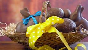 Påskkorg och att stapla chokladägg och kaninkaniner i korg, timelapse