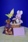 Påskkortet - kaninen, ägg i korg - lagerföra fotoet Arkivfoton
