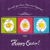 Påskkortet målade med kanin, ägget och hönan Purpurfärgad bakgrund Arkivfoto