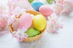 Påskkortet med easter ägg och rosa färger blommar Arkivbilder