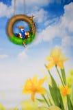 Påskkrans med horisont, haren och blommor Arkivbild