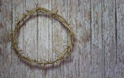 Påskkrona av taggar på en lantlig bakgrund för wood planka Fotografering för Bildbyråer