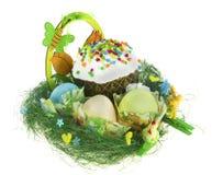 Påskkulich med målade ägg, rolig höna och kaninen Arkivfoton