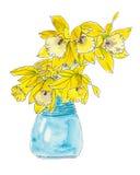 Påskliljan blommar i en blå vas Arkivbild