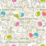 Påskmodell med kaniner, easter ägg, blommor och fågelungar Arkivfoto