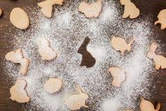 Påskpepparkakakakor Ägg och kaniner arkivfoton