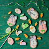Påskpepparkakakakor i formen av hare och morötter Royaltyfria Bilder