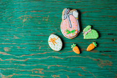 Påskpepparkakakakor i formen av hare och morötter Arkivbild
