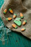 Påskpepparkakakakor i formen av hare och morötter Fotografering för Bildbyråer