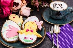 Påskpepparkakakakor med teckningen royaltyfri foto