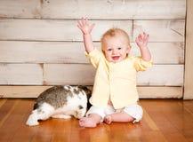 Påskpojke och kanin arkivbilder