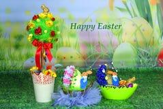 Påskprydnader med önska: korg av easter ägg och ett träd Royaltyfria Bilder