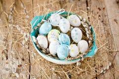 PåskPussy-pil och blått påskägg på träbakgrund Mummel royaltyfri bild