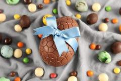 Påsksammansättning med ägg och sötsaker arkivfoton