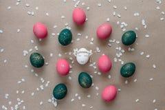 Påsksammansättning med målade ägg Arkivbilder