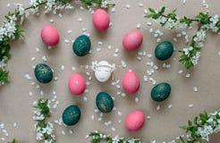 Påsksammansättning med målade ägg Arkivfoto
