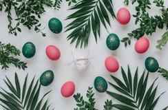 Påsksammansättning med målade ägg Arkivbild