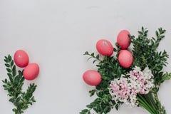 Påsksammansättning med målade ägg Arkivfoton