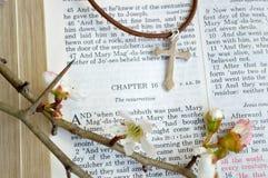 Påskscripture och kors med blommor Arkivbilder