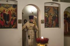 Påskservice i den ortodoxa kyrkan i den Kaluga regionen av Ryssland Fotografering för Bildbyråer