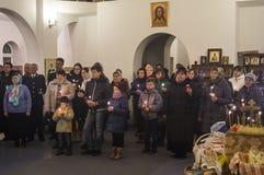Påskservice i den ortodoxa kyrkan i den Kaluga regionen av Ryssland Arkivfoton