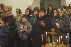 Påskservice i den ortodoxa kyrkan i den Kaluga regionen av Ryssland Arkivfoto