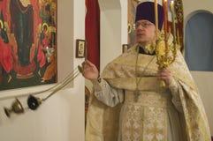 Påskservice i den ortodoxa kyrkan i den Kaluga regionen av Ryssland Royaltyfri Fotografi