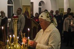 Påskservice i den ortodoxa kyrkan i den Kaluga regionen av Ryssland Royaltyfri Bild