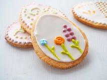 Påsksockerkakor med den blom- prydnaden Hemlagade kakor som glasas med kunglig isläggning Royaltyfria Bilder