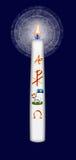 Påskstearinljus med det alfabetisk och omega symbolet för Kristusmonogram och Arkivbilder