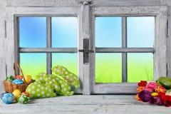 Påskstillebengarnering med det lantliga fönstret royaltyfri bild