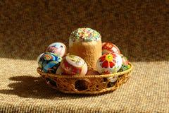 Påsktårta och ägg Arkivfoton
