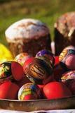 Påsktårtor och ägg royaltyfri fotografi