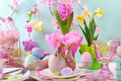 Påsktabellgarnering med kaniner och våren blommar royaltyfri foto