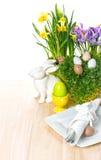 Påsktabellinställningen blommar, kaninen, ägggarnering arkivfoton
