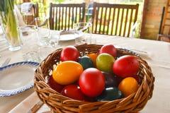 Påsktablewear som är utomhus- under pergolan med färgrika ägg i en solig dag fotografering för bildbyråer
