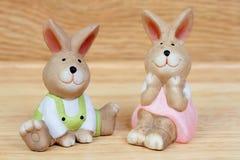 Påsktid. Roliga keramiska kaniner Fotografering för Bildbyråer