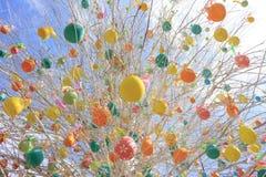 Påskträd med färgrika dekorerade ägg i Moskva Arkivbild