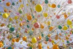 Påskträd med färgrika dekorerade ägg i Moskva Royaltyfri Fotografi