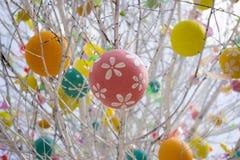Påskträd med färgrika dekorerade ägg i Moskva Royaltyfria Bilder