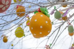 Påskträd med färgrika dekorerade ägg i Moskva Royaltyfri Foto