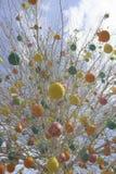 Påskträd med färgrika dekorerade ägg i Moskva Royaltyfri Bild